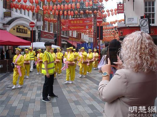'图1~6:二零二一年八月二十八日,英国法轮功学员在伦敦市中心举办游行,传播法轮功的<span class='voca' kid='62'>真相</span>,呼吁停止迫害。'