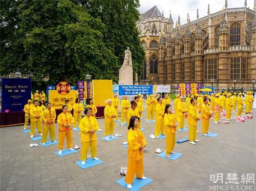 '图7:二零二一年八月二十八日,英国法轮功学员在伦敦议会广场上演示功法。'