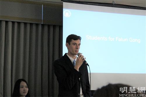 """'图4:俄亥俄州的青年学员介绍非营利组织""""法轮功学生会""""和法轮功学员22年的和平抵抗'"""