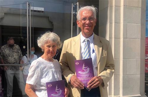 '图2:二零二一年八月八日,房地产公司老板赫克托·佩纳(HectorPena)和妻子朱迪(Judy)观赏了神韵世界艺术团在美国德州圣安东尼奥市的演出。'