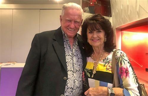 '图4:二零二一年八月八日,建筑承包商道格拉斯·凯斯门特(DouglasCasement)偕女友米歇尔劳(MichelleLowe)观赏了神韵世界艺术团在美国德州圣安东尼奥市的演出。'