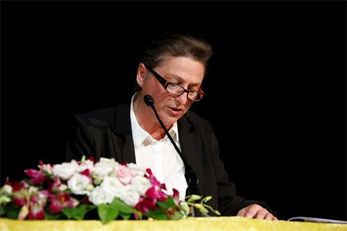 '图2:西人学员劳伦斯(laurence)女士在法会上发言'