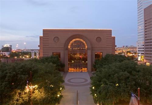 '图1:零二一年九月十八日到十九日,神韵艺术团在美国德州休士顿沃瑟姆中心的布朗剧院上演了三常演出,场场一票难求。(图片来源:剧院网站)'