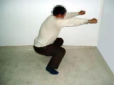 '酷刑演示:长时间固定姿势蹲马步'