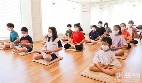 """'图1~4:参加""""法轮大法九天班""""的孩子们正在学炼法轮功第五套功法。'"""