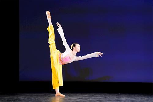 '图4~5:青年女子组金奖得主周正烨在大赛中的表演。'