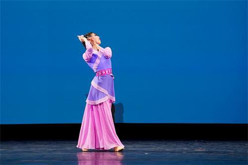 '图16~17:青年女子组金奖得主杨美莲在大赛中的表演。'