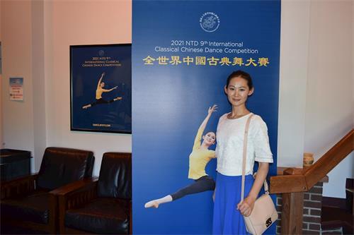 """'图20:手工业者CarolineBo,于9月4日观看了新唐人电视台主办的""""全世界中国古典舞大赛""""'"""