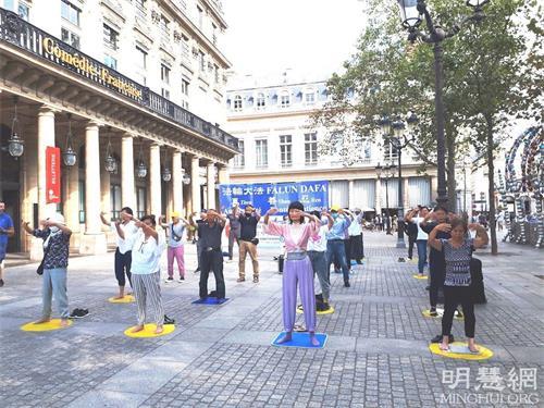'图1:二零二一年九月五日,巴黎法轮功学员在市中心柯莱特广场举办了真相日活动,图为法轮功学员在展示第二套<span class='voca' kid='86'>功法</span>。'