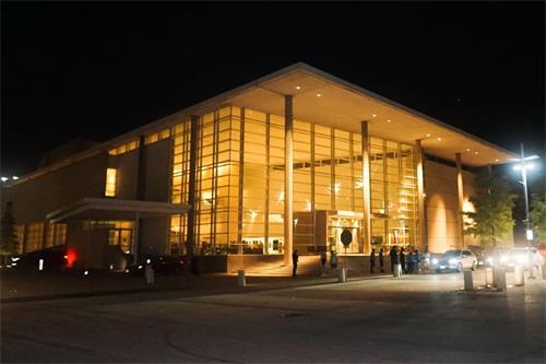 '图1:二零二一年九月四日和五日,美国神韵北美艺术团在德州理查森艾思曼中心的三场演出给众多观众带去了喜悦。'
