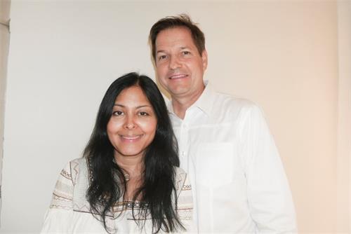 '图6:画廊总裁蒂姆·维福德(TimWiford)和妻子一起观看了神韵演出,他感到神韵带给他希望。'