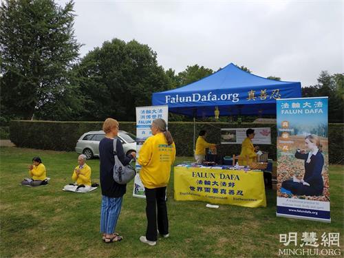 '图1~3:英国法轮功学员在科尔切斯特(Colchester)的生态节(EcoFestival)上举办洪法和讲真相活动'