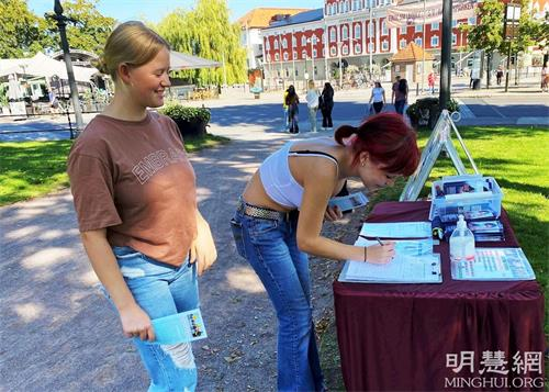 '图4~5:学生们在反迫害征签表上签名。'