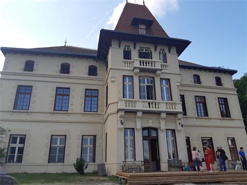 '图1:8月22日至31日,法国明慧夏令营于中南部上卢瓦尔省(Haute-Loire)圣普里瓦杜龙(Saint-Privat-du-Dragon)小镇举行。'