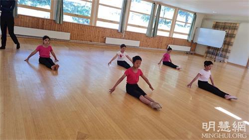 '图5:女生参加中国古典舞课。'
