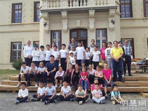 '图6:参加夏令营的孩子们和舞蹈老师集体照。'