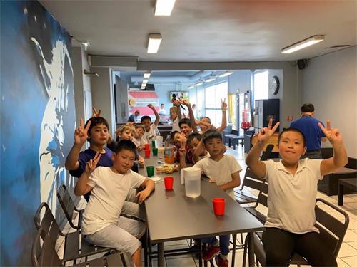 '图7:大法小弟子们开心的参加夏令营活动。'